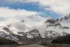 Het Brede rijweg met mooi aangelegd landschap van Icefield, Alberta, Canada Royalty-vrije Stock Fotografie