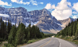 Het Brede rijweg met mooi aangelegd landschap van Icefields in Nationaal Park Banff royalty-vrije stock foto