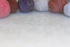 Het breien, comfort, handwerk Gekleurde ballen van garen in een mand, breinaalden Copyspace stock afbeeldingen