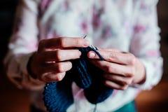 Het breien door vrouwen` s handen royalty-vrije stock afbeeldingen