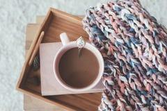 Het breien en koffie op een dienblad royalty-vrije stock fotografie