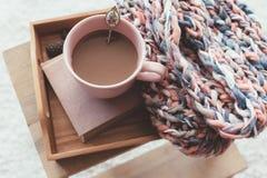 Het breien en koffie op een dienblad royalty-vrije stock foto