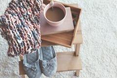 Het breien en koffie op een dienblad stock afbeeldingen
