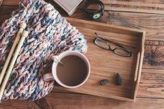 Het breien en koffie op een dienblad stock foto's