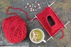 Het breien en thee met rozen Stock Fotografie