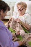 Het breien in het ziekenhuisbed Stock Foto's