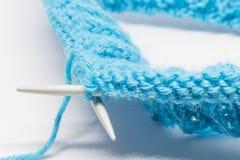Het breien met een blauwe wol Stock Fotografie
