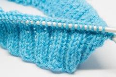 Het breien met een blauwe wol Stock Foto