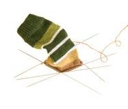 Het breien van een gestreepte sok op vijf naalden stock foto's