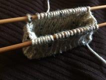 Het breien van een Muntstukbeurs met 2 Bamboe Houten Naalden Stock Fotografie