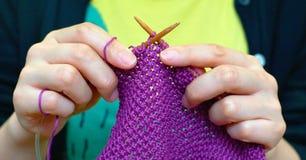 Het breien van handen Stock Fotografie