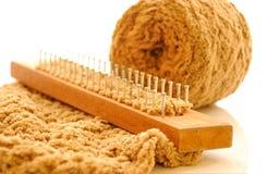 Het breien van het weefgetouw met wol Stock Fotografie