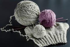 Het breien van natuurlijke wol Stock Foto