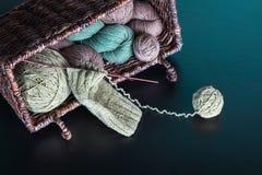 Het breien van natuurlijke wol Stock Afbeelding
