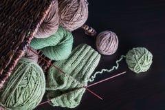 Het breien van natuurlijke wol stock foto's