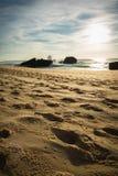 Het breken van bespattende golf op oud oorlogsblokhuis op toneel mooi zandig strandzeegezicht met golven Royalty-vrije Stock Foto