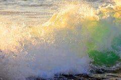 Het breken van de golf in de zomer Royalty-vrije Stock Afbeeldingen