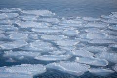 Het breken van de ijsschol van het de lenteijs royalty-vrije stock afbeeldingen