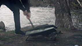 Het breken van een monitor met sleehamer Vernietiging van de monitor met een hamer Het concept vernietiging van stock video