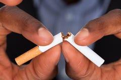 Het breken van een sigaret Stock Fotografie
