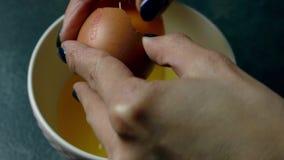 Het breken van het ei stock footage