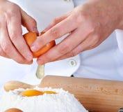 Het breken van het ei Stock Afbeelding
