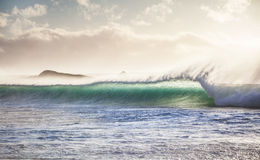 Het breken van oceaangolf bij zonsondergang Stock Afbeelding