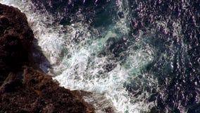 Het breken van oceaangolven bij het klippen luchtschot stock footage