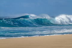 Het breken van Oceaangolven op een Hawaiiaans zandig strand stock afbeelding