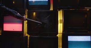 Het breken van TV-muur in langzame motie met bijl 5K stock videobeelden