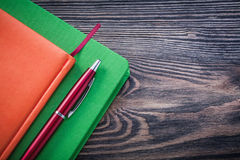 Het briopen van agendaboeken op het houten concept van het raadsonderwijs royalty-vrije stock foto's