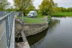 Het Britse die voertuig van het Milieuagentschap dichtbij een riverbanksysteem wordt gezien in eet van Engeland stock afbeeldingen