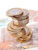 Het Britse geld neemt van nota en Muntstukkenstapel stock foto