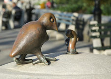 Het brons beeldhouwt bij permanent openbaar kunstwerk de Echte die Wereld door Amerikaanse beeldhouwer Tom Otterness in Rockefell Royalty-vrije Stock Afbeeldingen