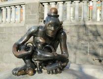 Het brons beeldhouwt bij permanent openbaar kunstwerk de Echte die Wereld door Amerikaanse beeldhouwer Tom Otterness in Rockefell Stock Fotografie