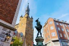 Het bronsbeeldhouwwerk riep Hen Thief in de oude stad van Aken, Duitsland stock fotografie
