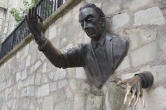Het bronsbeeldhouwwerk van le Passe-Muraille, Montmartre, Parijs Stock Afbeelding