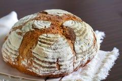 Het brood artisanaal rustiek die brood van de rogge, met bloem op close-up wordt bestrooid royalty-vrije stock fotografie