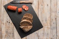 Het brood en chorizo van het moutbrood plakken Stock Afbeelding