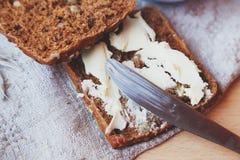 Het brood en de boter van de korrelrogge Stock Foto's