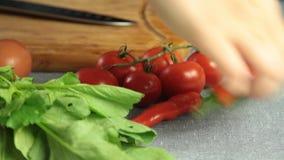 Het brood en de groenten op tabel in Th ekitchen stock videobeelden