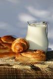 Het brood en de kruik van het baksel met melk Royalty-vrije Stock Fotografie
