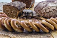 Het brood en de ongezuurde broodjes van de rogge Stock Afbeeldingen