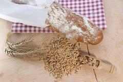 Het brood en het graangewas van het plattelandshuisje stock foto