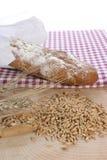 Het brood en het graangewas van het plattelandshuisje op een houtachtergrond Royalty-vrije Stock Afbeeldingen