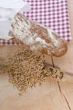 Het brood en het graangewas van het plattelandshuisje op houtachtergrond Stock Foto's