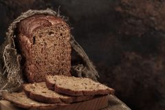 Het brood is graangewas met de toevoeging van vlas, sesam, havervlokken stock foto's