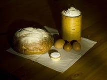 Het brood, het zout, de bloem in een doos en de eieren van de rogge. Royalty-vrije Stock Foto's