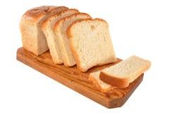 Het brood legt op een raad Stock Afbeeldingen