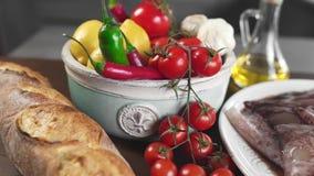 Het brood met ruwe calamari en de verse groenten op de keuken dienen in, vissen en groenten, die door recept, voedsel koken voor stock videobeelden